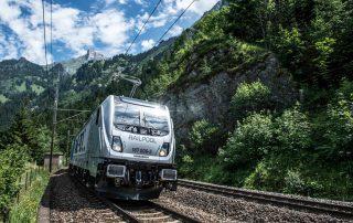 RAILPOOL Lok auf Gleis in Natur